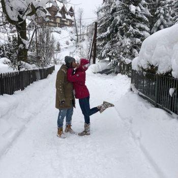 Cliente Gabriel Saldanha acompanhado de sua namorada e a neve em Zakopane, na Polônia, usando a bota Strong 407N.