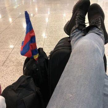 Cliente Jonathan Ferla relaxando no aeroporto em sua viagem pela Europa, com sua bota Strong 407N.