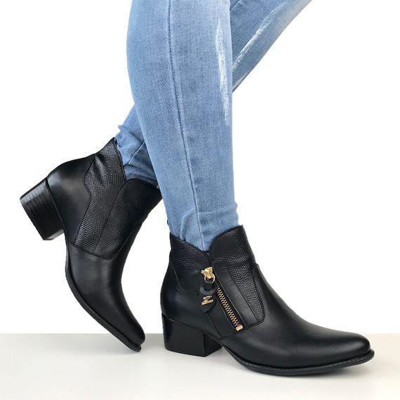 3d2b59fee0 Bota Cano Curto preta Dina Mirtz, bota feminina salto baixo e grosso estilo  montaria, bota feminina preta básica. Excelência em sapatos femininos.
