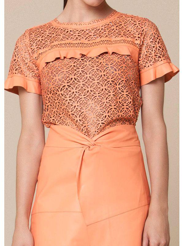 Blusa Estilo T-shirt Vazado Floral e Babado - Liziane Richter Couros