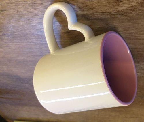 Caneca com alça de coração branca e interno rosa ou azul